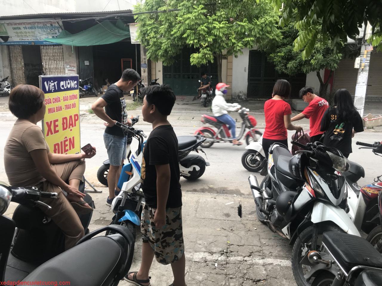 Khách chọn mua xe đạp điện cũ - xe máy điện cũ tại cửa hàng Việt Cường